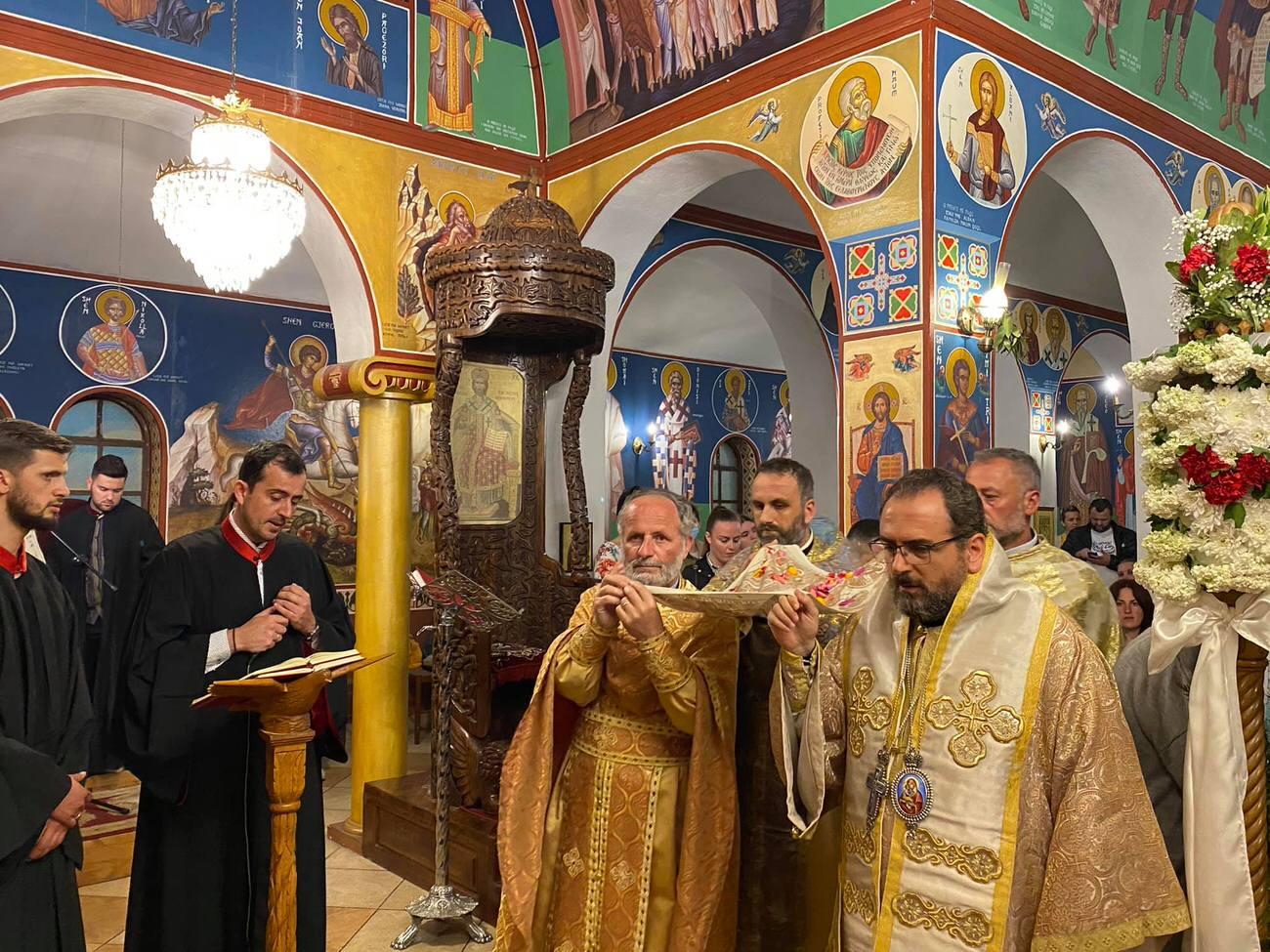 Πλήθος πιστών Αποκαθήλωση και ο Επιτάφιος Εκκλησία Αλβανίας 2021