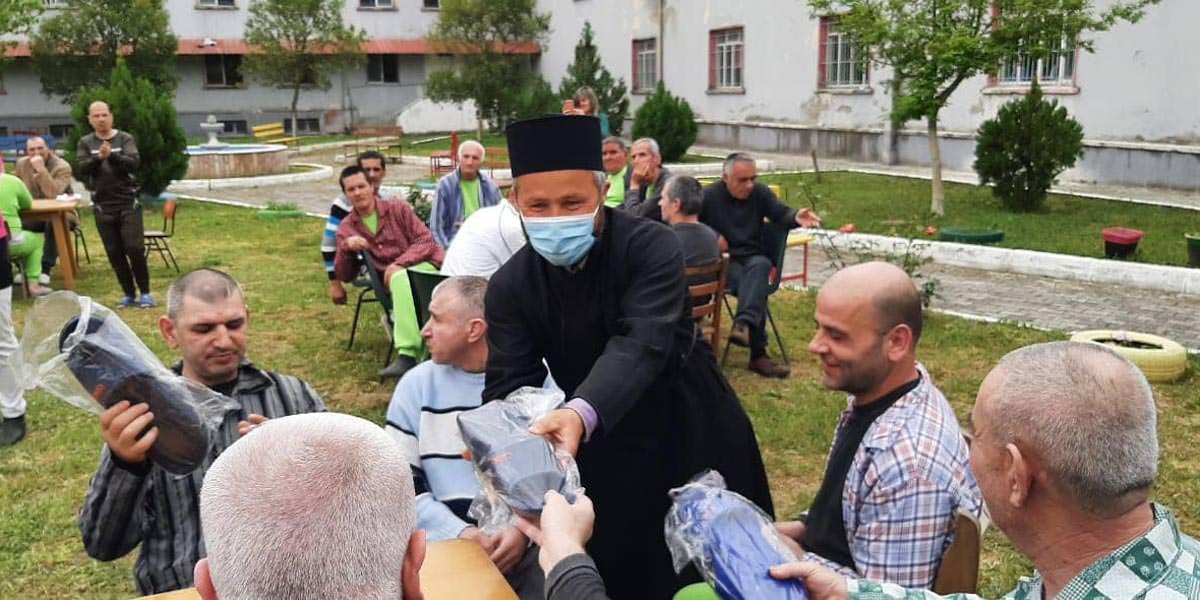 Ιερείς και πιστοί ασθενείς Ψυχιατρικού Νοσοκομείου Ελμπασάν Αλβανίας