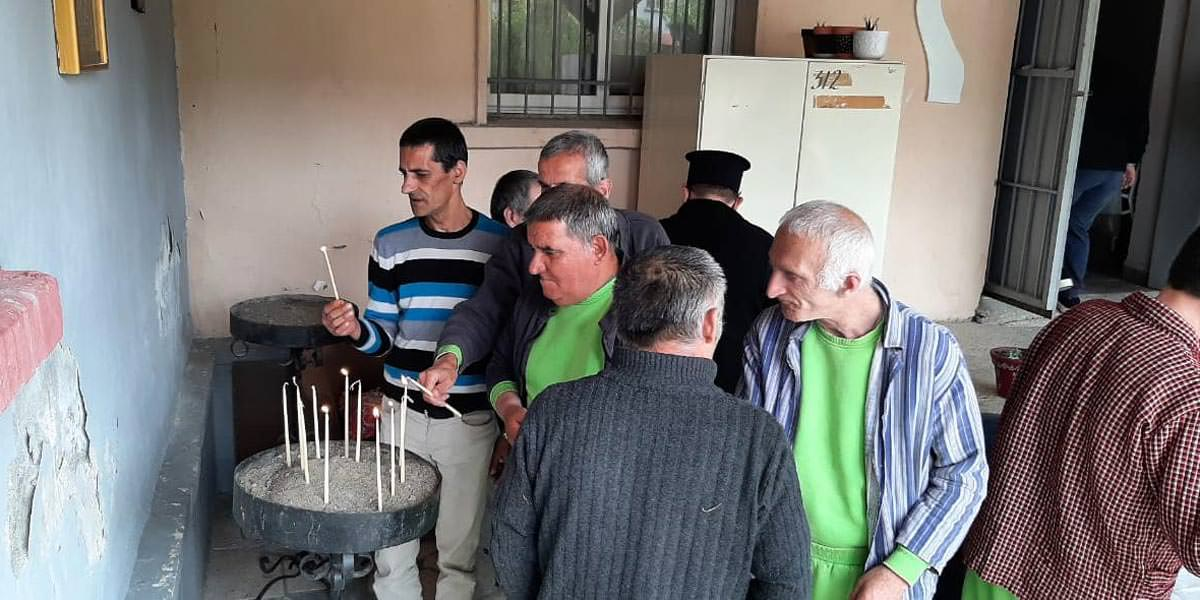 Ιερείς και πιστοί ασθενείς Ψυχιατρικού Νοσοκομείου Μητρόπολη Ελμπασάν Αλβανίας