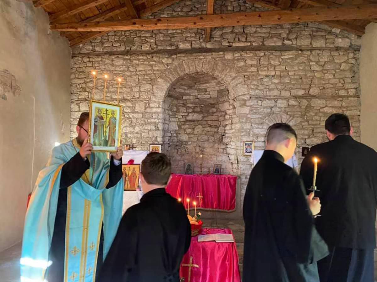 Εορτή Κωνσταντίνου και Ελένης σε παλαιό ναό Αλβανίας