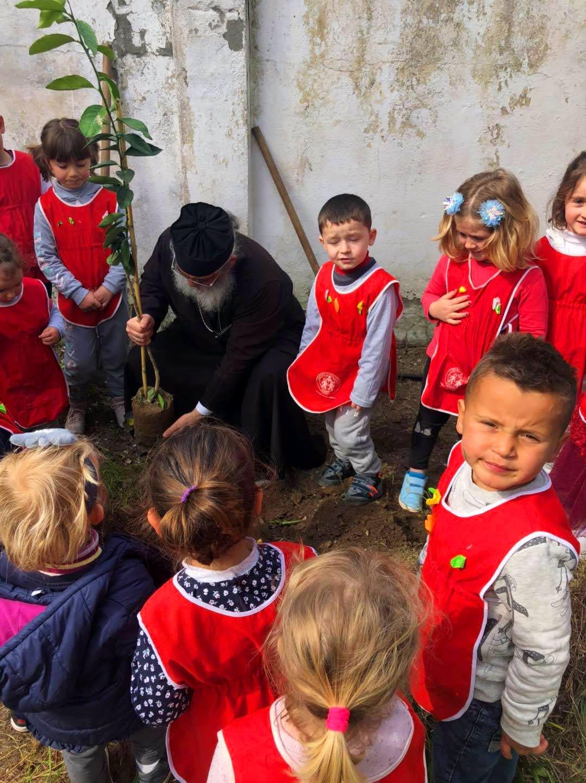 Παιδάκια φύτεψαν δενδράκια σε εκκλησία Αλβανίας