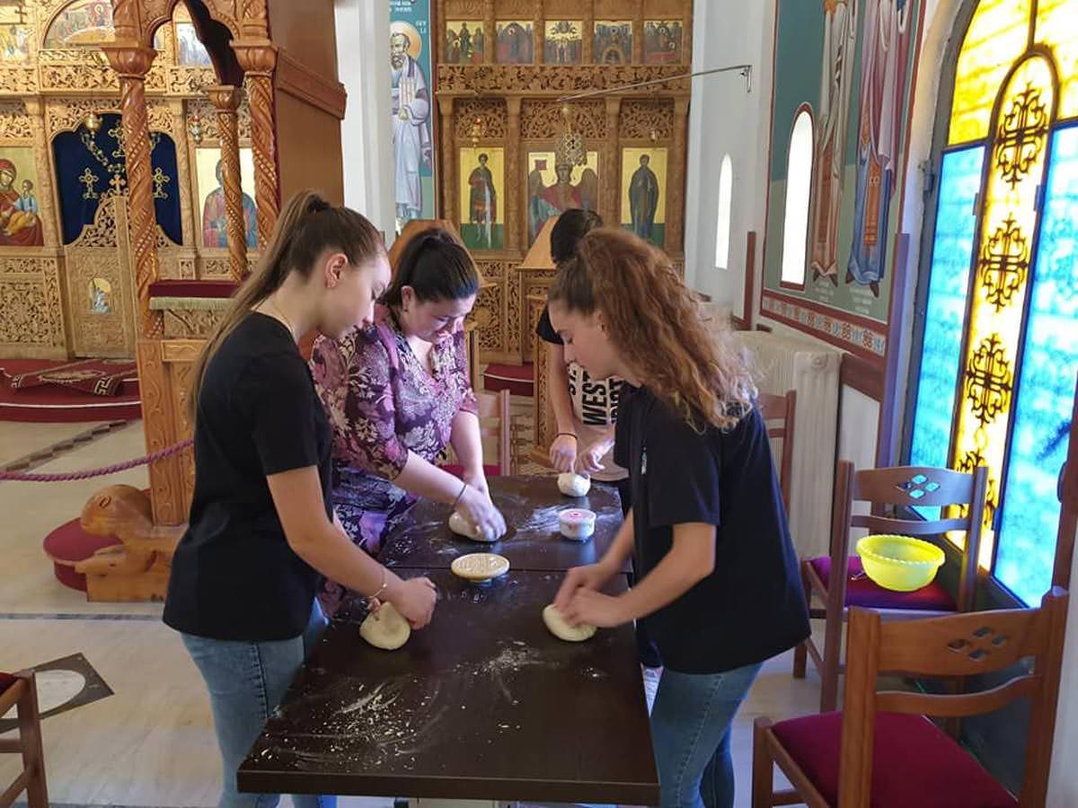 Νέες ζυμώνουν με τα χέρια τους πρόσφορα Αλβανία