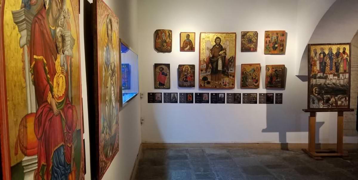 τουρίστες επισκέπτονται Ορθόδοξα μνημεία της Αλβανίας