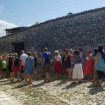 τουρίστες επισκέπτονται Ορθόδοξα μνημεία