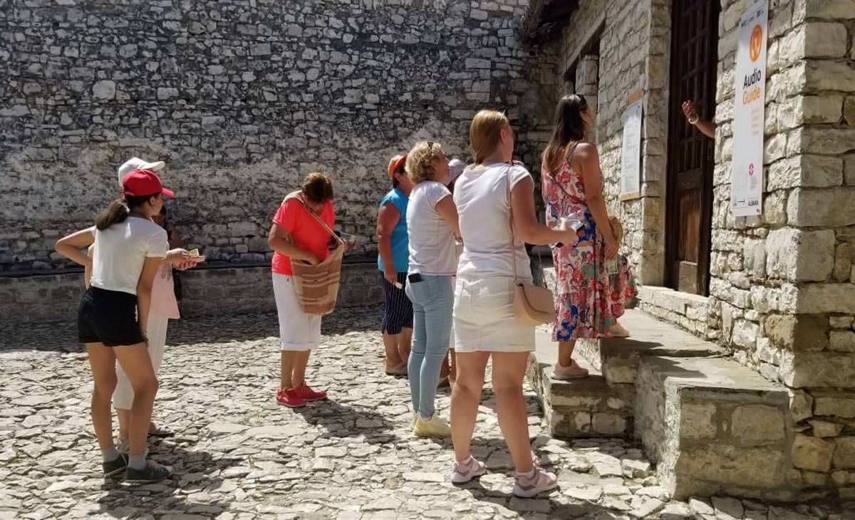 τουρίστες επισκέπτονται Αλβανία